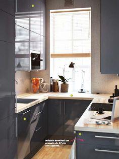 Más espacio.Así de fácil. Sólo tienes que diseñar 1 una cocina en forma de U aprovechando las paredes. Colocando 2 armarios de pared hasta el techo. Eligiendo 3 un lavavajillas un 25% menos ancho que uno convencional y usando 4 un armario de 37 cm de fondo como módulo terminal, con cajones mirando hacia fuera para un mejor acceso. Éstas son sólo cuatro maneras sencillas de tener más espacio y conseguir que una cocina de 5,5 m2 resulte igual de funcional que una de mayor tamaño.