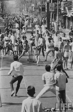Road Cricket in Calcutta (Kolkata) December 1970 Jaisalmer, Udaipur, Cricket In India, Cricket Wallpapers, World Cricket, History Of India, Vintage India, West Indian, Historical Pictures