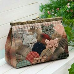 Turn this clam shell patchwork design into a cat friendly version! Japanese Patchwork, Patchwork Bags, Quilted Bag, Hexagon Patchwork, Bag Quilt, Clamshell Quilt, Fabric Bags, Handmade Bags, Quilting