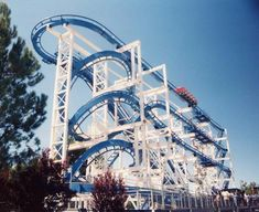 Six Flags' Flashback, Cailf. was never a park favorite, operating sparsely from 1992 to 2003 before being demolished in amid complaints the ride caused head and neck pain Best Amusement Parks, Amusement Park Rides, Crazy Roller Coaster, Roller Coasters, Six Flags, Cool Coasters, Riders On The Storm, Great America, Vintage Theme