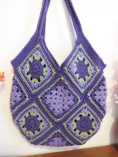 Free PatternI used to make the Granny Square Bag, Rainbow Bag, Crochet Pouch, Beginner Crochet Projects, Crochet Shell Stitch, Crochet Squares, Crochet Granny, Crochet Handbags, Knitted Bags