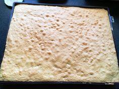 Sponge cake for rolled cake, soft and light - Délits de gourmandise - Kuche Köstliche Desserts, Delicious Desserts, Dessert Recipes, Chocolate Almond Milk, Smooth Cake, Sponge Cake, Base, Biscuits, Food Inspiration