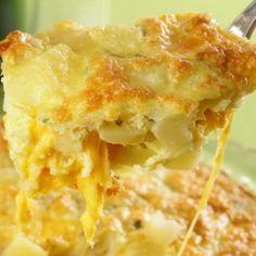 Receita de Fritada de Forno de Batata e Queijo - 2 colheres (sopa) de azeite, 1 cebola média picada, 5 batatas médias cozidas e cortadas em cubos, 1 xícara (...