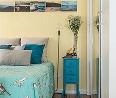 Eu gosto muito de azul no quarto.Ligo azul ao céu,mar, tranquilidade, paz… Muita gente gosta também! Selecionei algumas fotos de quartos…