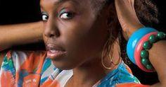 Roupas no estilo africano para as mulheres. O estilo de se vestir das mulheres africanas é reflexo de séculos de cultura e influência de outras sociedades sobre as tribos da África. A maioria das roupas africanos de hoje foram inspiradas nos modelos tradicionais usados pelos africanos há milhares de anos.