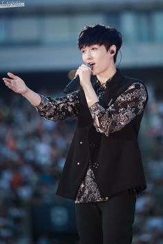 I really wish Lay would point me directly like this and actually sing as say i love you. My dream.. please make it true.. #lay #yixing #exo