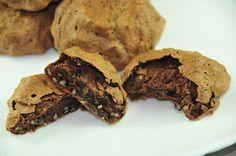 Cikolatali, hafif, ici nemli yumusak ,disi incecik sert kabukla kapli bir lezzet... Yapimi oldukca basit. Cikolata sevenlerin bas tac...