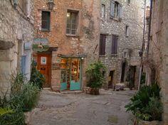 Tourrettes-sur-Loup: Ruelle bordée de belles maisons en pierre, d'une boutique d'artisanat d'art et de plantes - France-Voyage.com