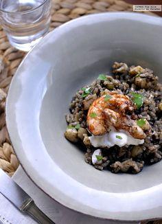 Te explicamos paso a paso, de manera sencilla, la elaboración de arroz negro con sepia y gambones en paella. Ingredientes, tiempo de elaboración