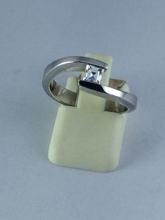 Anillo oro cruzado blanco diamante princesa 18 kilates