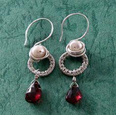 Rote Granat Silber Ohrringe - 925 silber ohrringe mit Rote Granat und Perlen handgemacht mit Wire wrapping Technik.