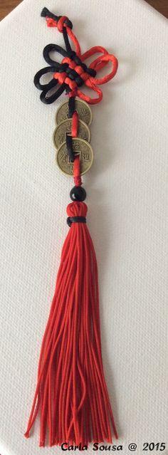 Nó místico e pendente de Feng Shui em preto e vermelho. Fen Shui mystic knot and tassel in black and red. #crafts #artesanato #fengshui #nomistico #mysticknot