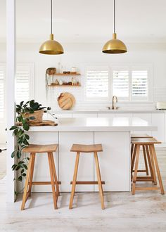Designer Natalie Fitch, the founder of Natalie Marie Jewellery, welcomes us into her home, a sanctuary tucked away in the Sydney Northern Beaches suburb of Avalon. Minimal Kitchen Design, Minimal Home, Boho Kitchen, Kitchen Dining, Aesthetic Space, Family Kitchen, Home Kitchens, Minimalism, Sweet Home