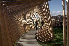 """Criada pelo artista alemão Thilo Frank essa instalação está em exposição permanente em Hjallerup, norte da Dinamarca. Batizada de """"EKKO"""" proporciona uma experiência única ao captar os sons dos passos e das vozes dos visitantes e repeti-los através de sua estrutura como um eco distorcido."""