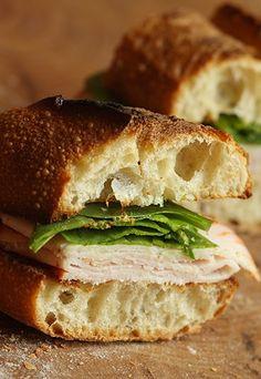 Sanduíche natural de ricota, espinafre e peito de peru