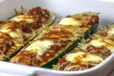 Recipe: Zucchini boats filled with Bolognese, crème fraîche and gratinated with mozzarella Mozzarella, Low Carb Chicken Recipes, Healthy Crockpot Recipes, Crema Fresca, Law Carb, Chou Rave, Comida Keto, Recipes With Few Ingredients, Gourmet