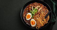 Préparez cette soupe ramen au curry rouge typiquement japonaise pour vous faire plaisir. Santé et réconfortante, cette recette est un succès à chaque fois! Clean Recipes, Soup Recipes, Healthy Recipes, Healthy Food, Japanese Food, Soups And Stews, Sushi, Salads, Health