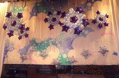 Новогодняя сцена, оформленная воздушными шарами