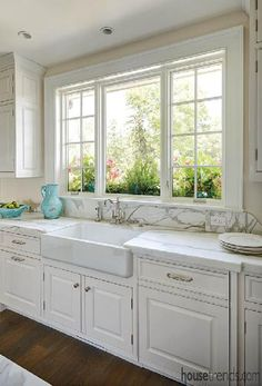 Trendy Kitchen Window Over Sink Layout Ideas Window Over Sink, Kitchen Sink Window, Kitchen Cupboard, Kitchen Window Designs, Windows In Kitchen, Kitchen Sink Design, Farmhouse Windows, Farmhouse Style Kitchen, Country Kitchen