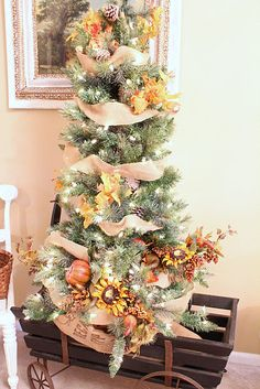 common ground : Transitional Autumn Tree and a Christmas Home Tour Link Party Southern Christmas, Christmas Home, Thanksgiving Tree, Thanksgiving Desserts, Holiday Tree, Holiday Decor, Autumn Trees, Autumn Home, Fall Halloween