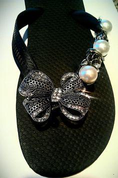 jewels on flip flop Bling Flip Flops, Flip Flop Sandals, Cute Shoes, Me Too Shoes, Hand Designs, Summer Shoes, Diy Fashion, Shoe Boots, Creations