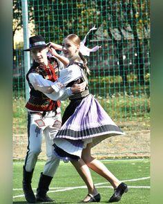 Šariš, Slovakia Amazing People, Good People, Kultura, Folk Clothing, European Countries, Saris, Czech Republic, Embroidery, Outfits
