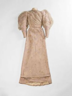 Comtesse de Greffulhe de garden-party (Worth). Mousseline crêpée de soie rose. Taffetas de soie imprimé à motifs de fleurs d''orchidées. Doublure en satin de soie ivoire et taffetas de soie ivoire. Portée le 30 mai 1894.