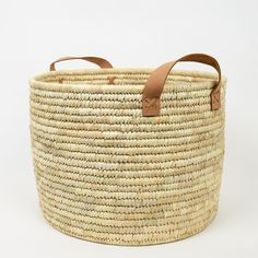 A steady hand-woven basket for firewood, papers, yarn or whatever you need to storage. The palm baskets are made from, as the name clearifys, palm Firewood Basket, Jobs For Women, World Crafts, Hanging Plants, Leaf Design, Straw Bag, Purses And Bags, Hand Weaving, Studios