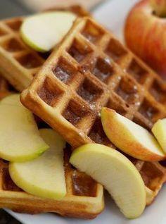 Gezonde havermoutwafels met appel en kaneel - VitaNouk.nl Pureed Food Recipes, Snack Recipes, Dessert Recipes, Feel Good Food, Love Food, Healthy Baking, Healthy Desserts, Light Desserts, Go For It