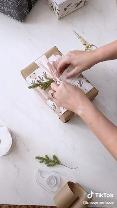 Present Wrapping, Creative Gift Wrapping, Creative Gifts, Gift Wrapping Techniques, Gift Wraping, Diy Gift Box, Diy Crafts For Gifts, Christmas Gift Wrapping, Simple Gifts