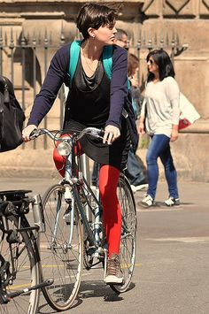 Mantyhose Çorap Bicycle Women, Bicycle Girl, Female Cyclist, Cycling Outfit, Cycling Clothes, Urban Bike, Colored Tights, Barcelona, Bike Style