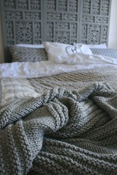Beautiful knitted blanket - no pattern in English right now, but I could just make one up...
