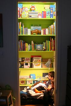 super awesome book nook! I'm betting there is a little tv on the wall you can't see