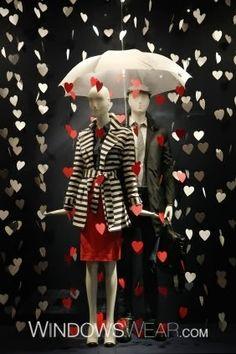 dit is een zeer aantoonbare etalage voor valentijn periode. als display regent het hartjes. en kleding past er ook goed bij. geslaagde valentijn's etatlage.