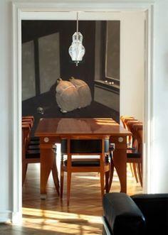 I spisestuen ses et værk af Michael Kvium. Spisebordet og stolene i poleret mahogni er designet af Léon Krier.
