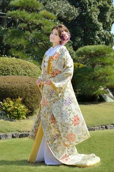 Love this beautiful kimono wedding dress 💕 ✨ Traditional Kimono, Traditional Fashion, Traditional Dresses, Traditioneller Kimono, Kimono Japan, Japanese Outfits, Japanese Fashion, Asian Fashion, Japanese Wedding Kimono