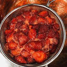 Spumă de căpșuni în stil italian, fără albuș crud - Chef Nicolaie Tomescu Ethnic Recipes, Food, Essen, Meals, Yemek, Eten