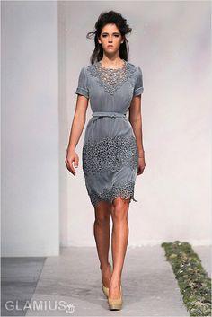 Платье-с-кружевной-отделкой и ремешком