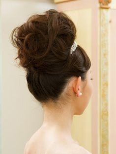 面を生かしたシニヨンよりも、逆毛を立てたふわふわのアップスタイルのほうが堀内さんにはお似合い。
