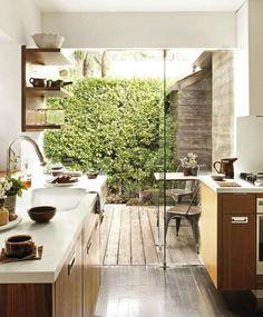 effetto cucina/terrazzo con il muro di vetro bello! ..solo non possiamo far crescere il muschio sul muro del vicino...