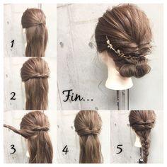 1.両サイドをバックの耳の高さでひとつに結びます。 2.結んだ毛束をくるりんぱ。結び目を抑えながらほぐします。 3.写真の様に両耳後ろの毛束を取ります。 4.1と同じ様に1つに結んでくるりんぱ。結び目を左右にひっぱって結び目をあげ、少しずつ引き出してほぐします。 5.残りの毛束を毛先まで三つ編みにしてほぐします。 Fin.三つ編みにした毛先を上に折り曲げてそのまま襟足まで巻き上げピンで留めます。 シニヨン部分から少しずつ引き出し適度にくずして、ヘアアクセをつければ完成です。