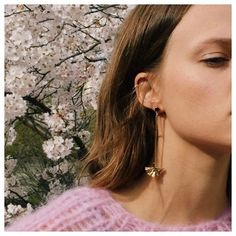 Spring vibes coming up when seeing this great shot🌸  #repost from @sabrinadehoff 💕  #maiamiberlin #sabrinadehoff #jewelerydesign #springvibes #knitwear #knit #fashionknitwear #slowfashion #handmadewithlove