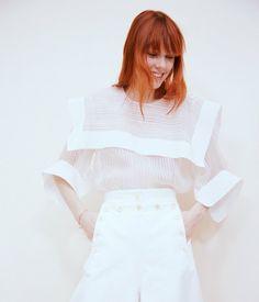 La sensación fresca de verano en una ventosa blusa y voluminosos pantalones