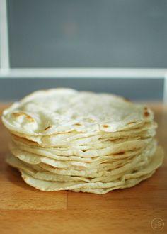 Przepis na domowe tortille kukurydziane w wykorzystaniem tylko 3 składników! Wody, soli i mąki kukurydzianej.