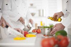 Curso de Cocina práctico en Madrid. Sin duda el curso de cocina más completo que encontrarás en Madrid, empezando desde cero obtendrás la base necesaria para enfrentarte a los retos de una cocina. Técnicas, reconocimiento…