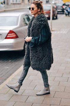 Weer eens wat anders: grijze chelsea boots! Fashion blogger Maja Wyh draagt haar grijze chelsea boots met een grijze skinny jeans, relaxt overhemd en opvallende jas voor een fashion forward look.