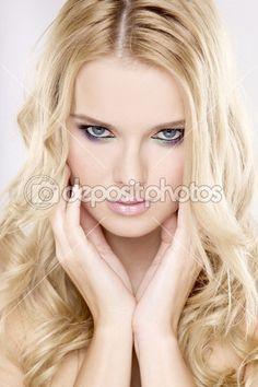 Молодая красивая женщина с красивый Блонд волосы — Стоковое изображение #6862467