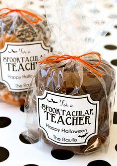 Super cute Spooktacular Teacher gift idea - free printable - Halloween gift
