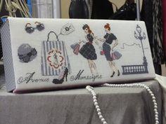 """Voici une autre boite brodée pour notre salon de septembre et que j'avais oublié de vous montrer... Modèle des Brodeuses Parisiennes publié dans le magazine """"Création Point de Croix"""""""