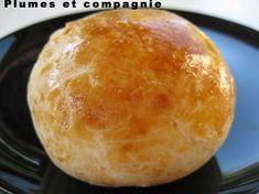 Pains express au yaourt 400 g de farine 2 yaourts 4 c à s d'huile de tournesol (ou Olive) 1 c à c de sel 1 sachet de levure chimique 1 jaune d'oeuf graines de sésame, de pavot ou autre (facultatif)